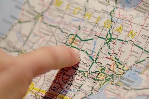 Khi thiết bị định vị cũ kỹ không hoạt động, tác giả buộc phải tìm đường nhờ tấm bản đồ bằng giấy. Ảnh: WSJ.