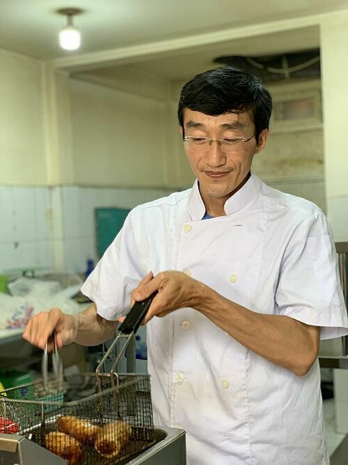 Phan Thanh Tùng tự tay đứng bếp tại quán.