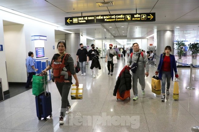 Cận cảnh quy trình kiểm dịch virus corona ở sân bay Tân Sơn Nhất - ảnh 2