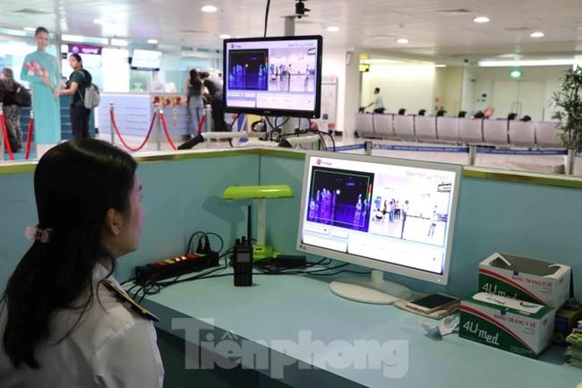 Cận cảnh quy trình kiểm dịch virus corona ở sân bay Tân Sơn Nhất - ảnh 4