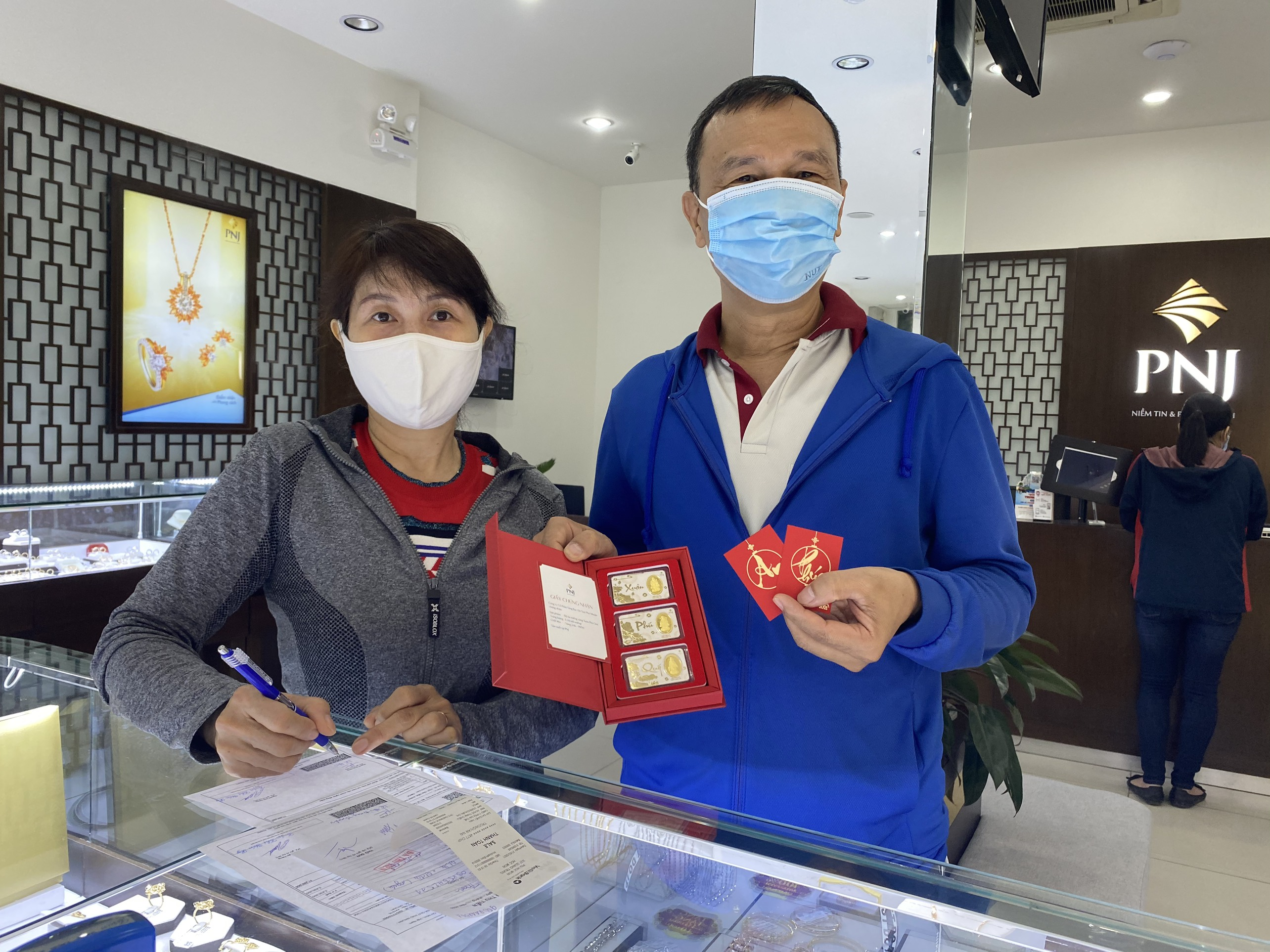 Early Birds Rush to Buy Gold on God of Wealth's Day
