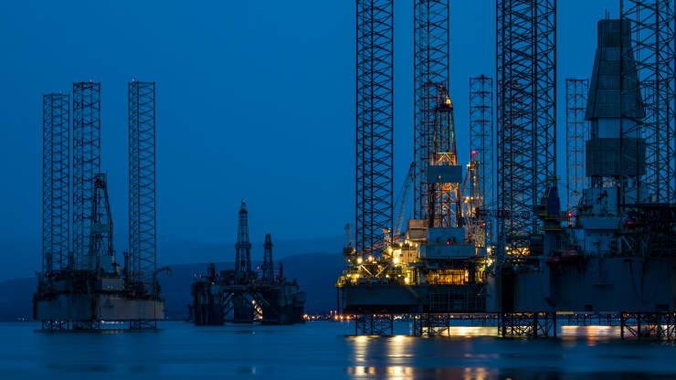 Giá dầu sụt giảm sâu khi diễn biến đại dịch Covid-19 khó lường