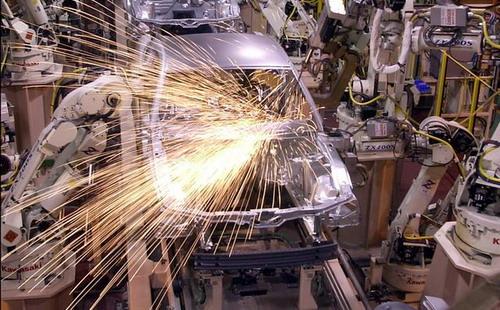 Hàng loạt hãng ô tô lớn phải tạm ngừng sản xuất vì thiếu chất bán dẫn