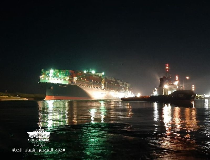 Siêu tàu mắc kẹt tại kênh đào Suez được giải cứu một phần