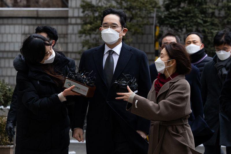 """Vì sao việc đóng thuế thừa kế của """"thái tử"""" Samsung gây tranh cãi lớn?"""