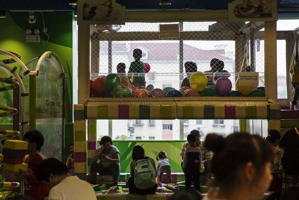 Giới chức Trung Quốc và những tham vọng khi lần đầu cho phép mỗi gia đình sinh 3 con