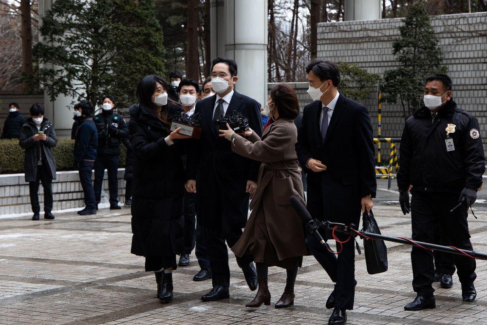 """Vì sao nhiều lãnh đạo doanh nghiệp lớn nhất Hàn Quốc kêu gọi ân xá cho """"thái tử"""" Samsung?"""