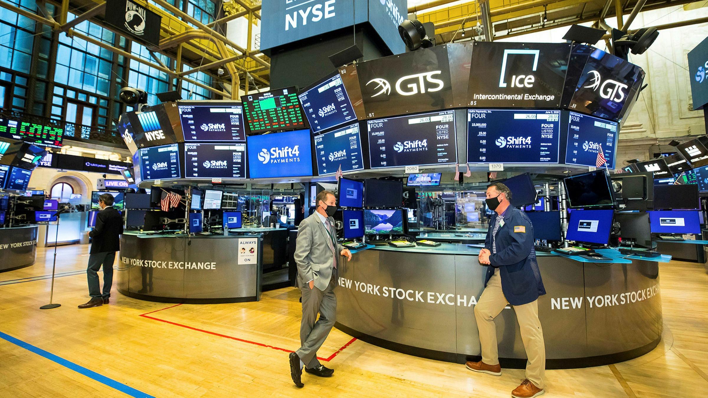 Dow Jones sụt hơn 500 điểm khi Fed nói đến khả năng nâng lãi suất ngay năm sau