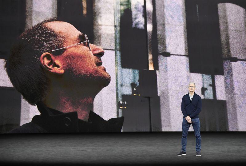 Ai sẽ thay thế Tim Cook quản lý đế chế Apple nghìn tỷ USD?