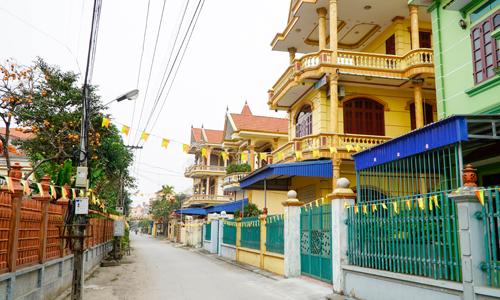 Nhà cao tầng san sát nhau, nhưng đường xá làng Phú An vắng vẻ vì người dân hiếm khi ở nhà. Ảnh: Trọng Nghĩa.