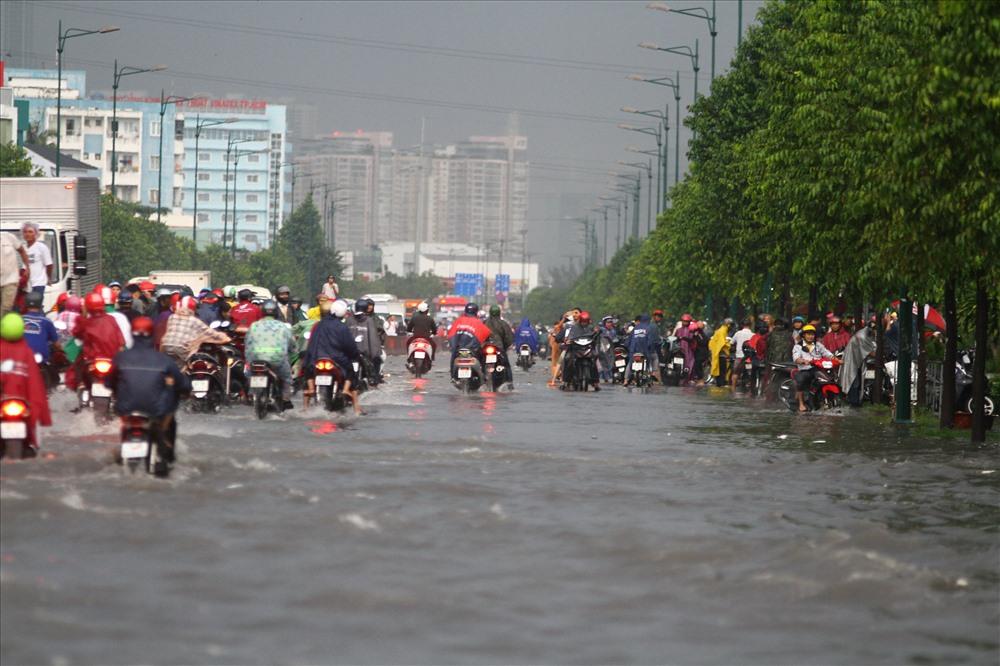 Đường Phạm Văn Đồng được đầu tư hệ thống thoát nước bài bản nhưng chưa đồng bộ với khu vực xung quanh nên mưa vẫn ngập. Ảnh: M.Q