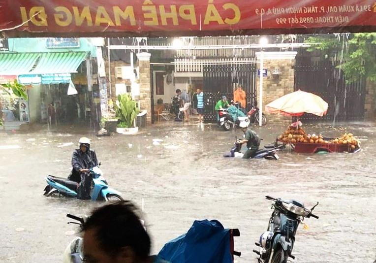 Cơn mưa lớn chiều 17.7 khiến nước ngập tới yên xe máy trên đường Lã Xuân Oai (quận 9). Ảnh: CTV