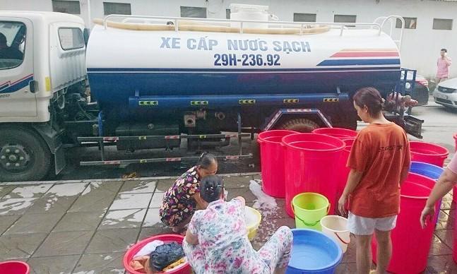 Dân chung cư cao cấp mang xô, chậu xếp hàng chờ mua nước - ảnh 2