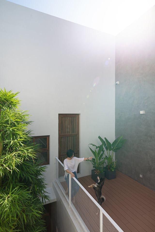 Nhà ngập nắng gió sau tường bao cao 9 mét