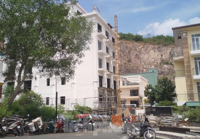 Bị lập chốt chặn, khu biệt thự Ocean View Nha Trang vẫn ngang nhiên xây dựng trái phép - ảnh 3