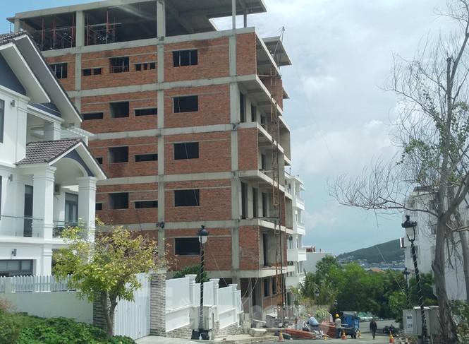 Bị lập chốt chặn, khu biệt thự Ocean View Nha Trang vẫn ngang nhiên xây dựng trái phép - ảnh 2