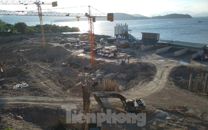 """Cận cảnh nhà hàng xây """"chui"""" cả nghìn m2 trên đảo Hòn Tằm"""