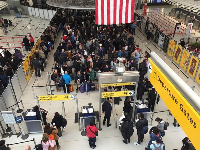 Người Mỹ chen chúc ở các sân bay chờ về nhà
