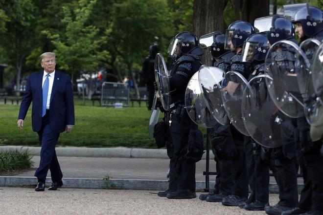 Tổng thống Trump bị kiện vì dùng hơi cay giải tán biểu tình để đi nhà thờ