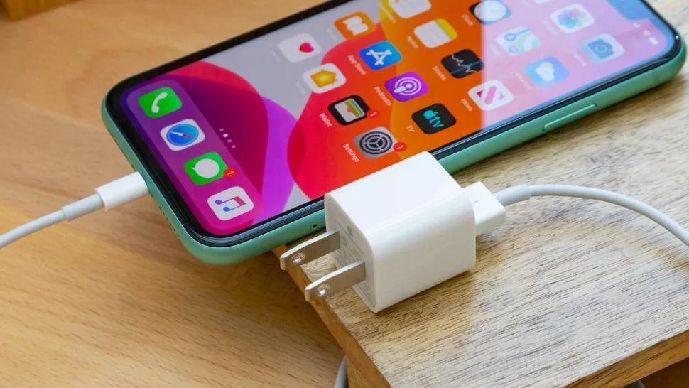 """Bán """"iPhone trần"""", Apple bảo vệ môi trường hay tham lam?"""