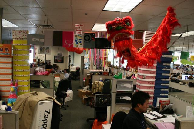 Di sản của triệu phú bán giày Tony Hsieh: Văn hoá doanh nghiệp đi vào huyền thoại của đế chế Zappos - Ảnh 3.