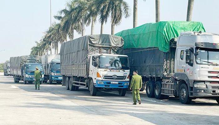 Bắt giữ 14 xe chở hơn 300 tấn hàng có dấu hiệu nhập lậu