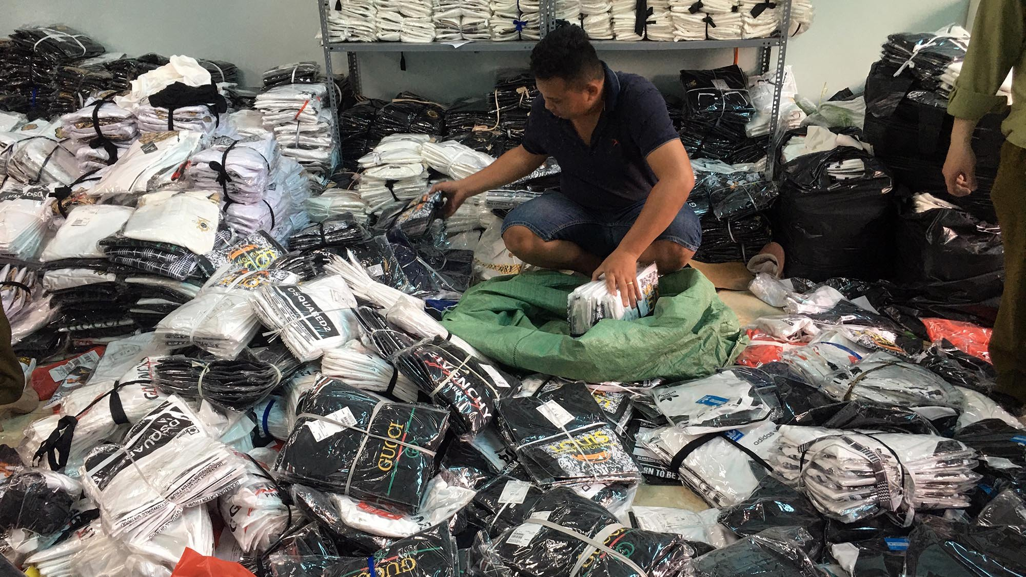 Phát hiện kho chứa hàng ngàn sản phẩm LV, Gucci, Nike giả
