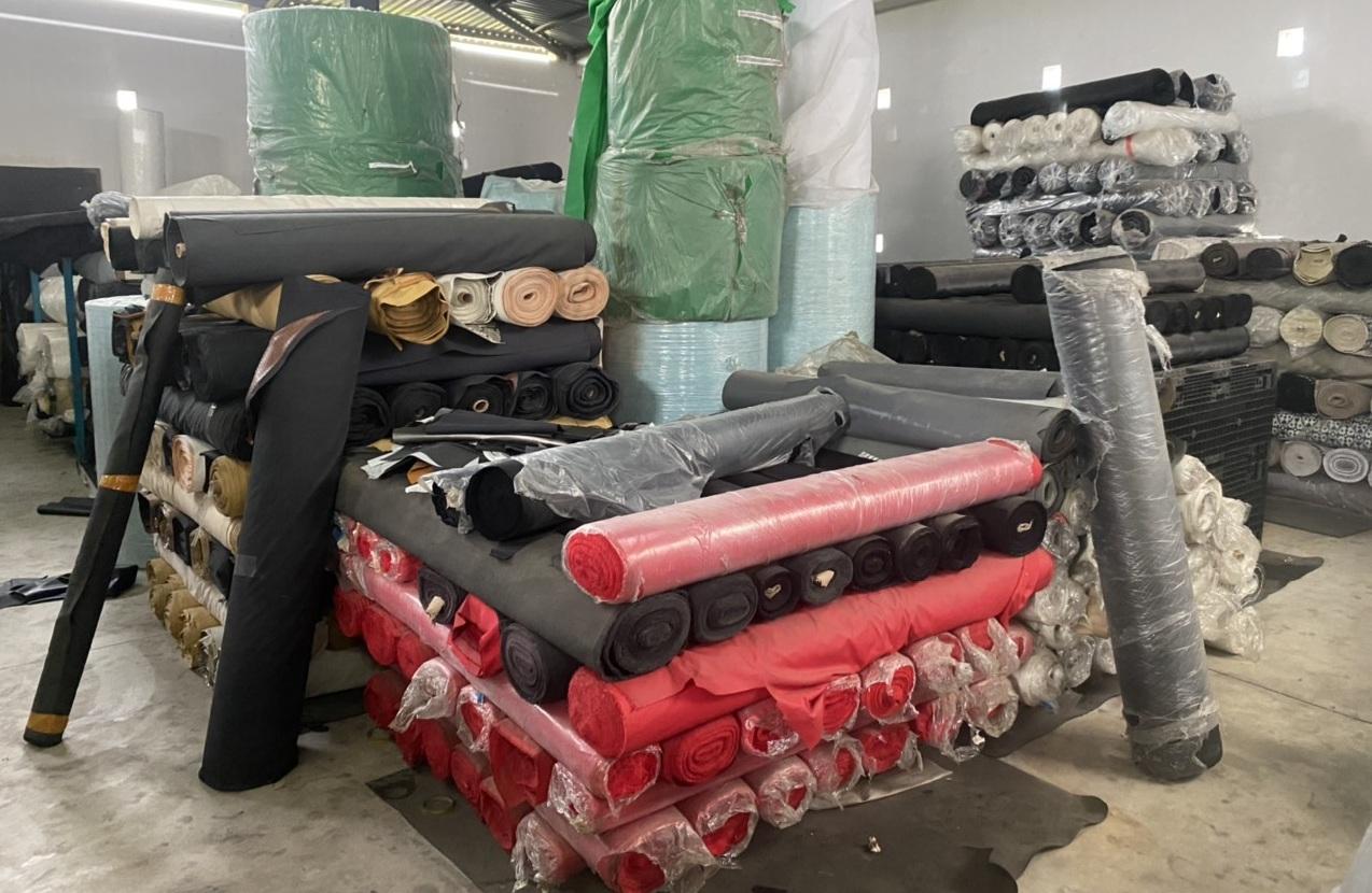 Thu giữ 30 tấn vải không rõ nguồn gốc trong kho hàng tại Long An