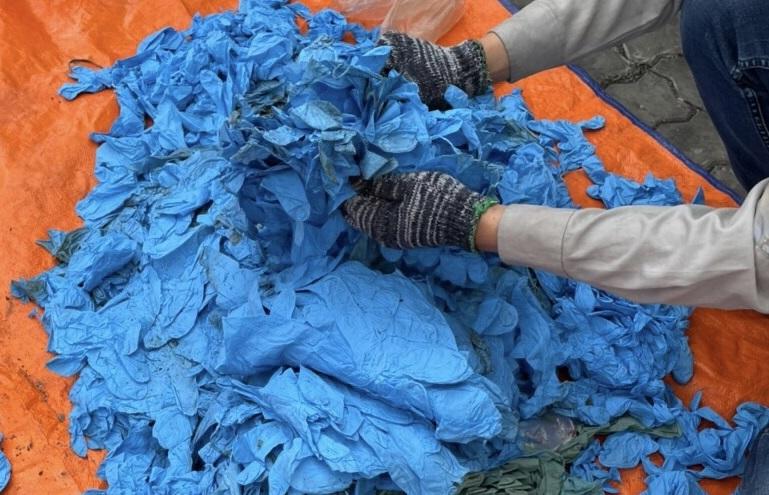 Bắt gần 15 tấn găng tay phế thải nhập khẩu từ Trung Quốc