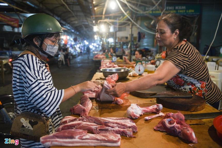 Lợn hơi còn 59.000 đồng/kg, giá thịt tại chợ vẫn cao gấp 3