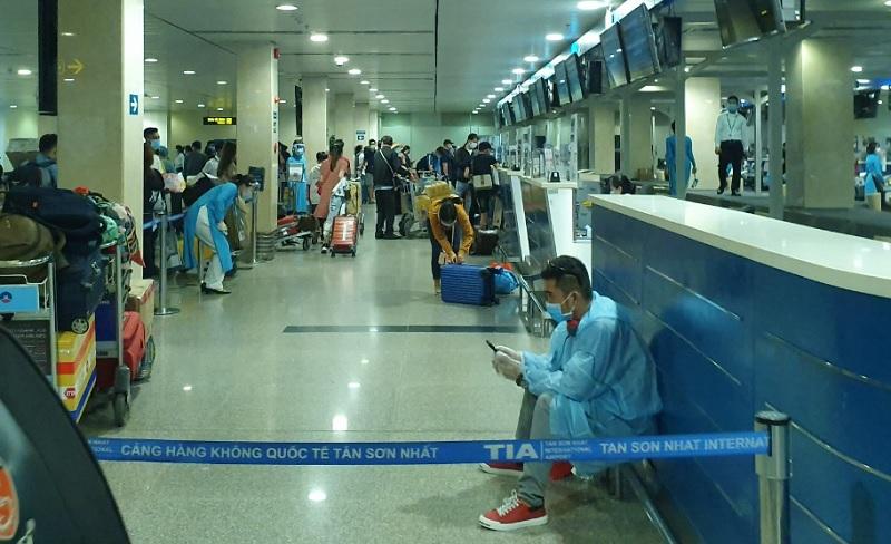 TP.HCM: Lấy mẫu tầm soát hành khách đi từ sân bay Nội Bài, Vân Đồn, Cát Bi