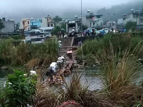 Cận cảnh cửu vạn nườm nượp vác hàng lậu qua biên giới Quảng Ninh - Ảnh 22.