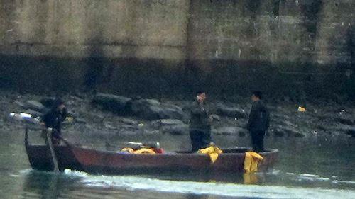 Cận cảnh cửu vạn nườm nượp vác hàng lậu qua biên giới Quảng Ninh - Ảnh 24.