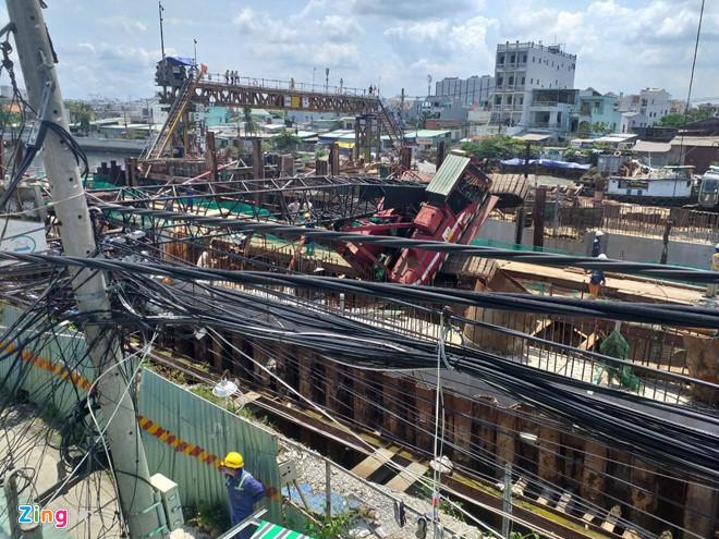 Đổ cần cẩu ở dự án chống ngập 10.000 tỷ, sập mái nhà cấp 4