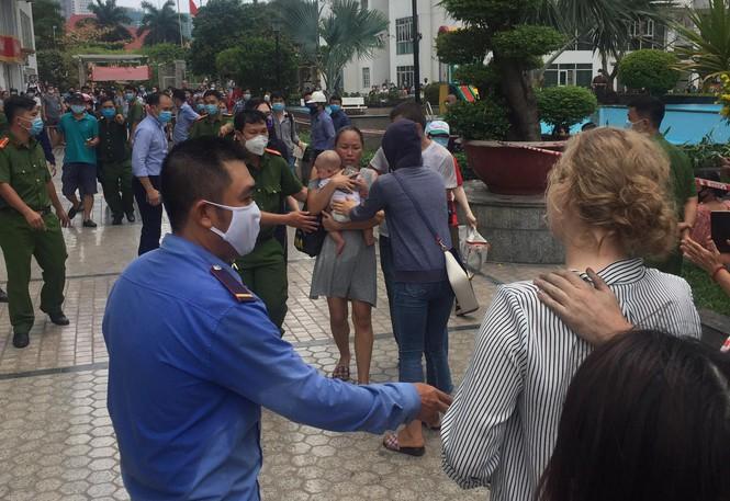 Cháy chung cư cao cấp ở Sài Gòn, dân đeo mặt nạ tháo chạy tán loạn - ảnh 3