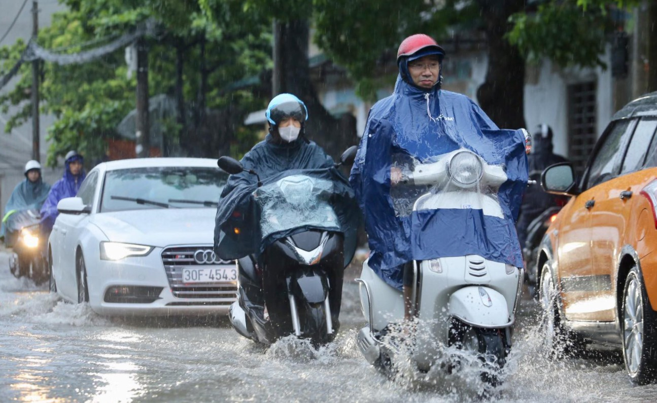 Nhiều khu vực nắng nóng, Hà Nội đề phòng sét và gió giật mạnh