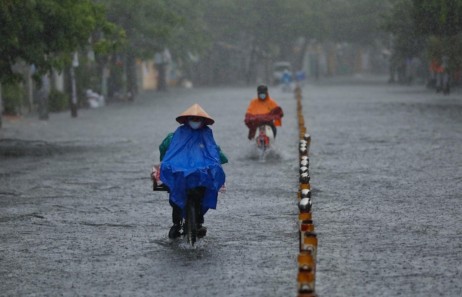 Miền Bắc đón đợt mưa dông lớn dài ngày, đề phòng thời tiết nguy hiểm