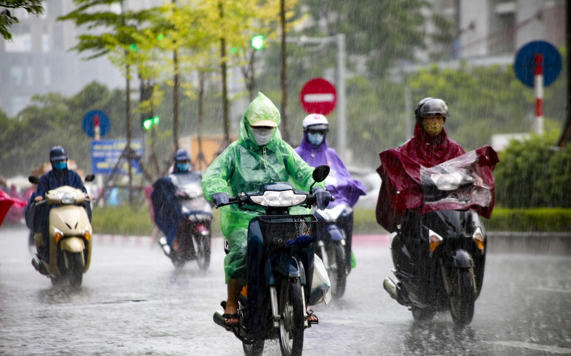 Nhiều vùng trên cả nước có mưa dông, trời mát