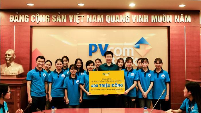 PVcomBank trao tặng 400 triệu đồng hỗ trợ sinh viên khó khăn mùa dịch