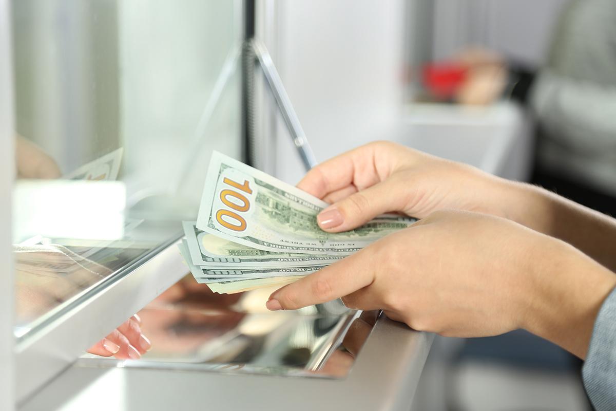 Giá USD áp sát mốc 24.000 đồng trên thị trường tự do