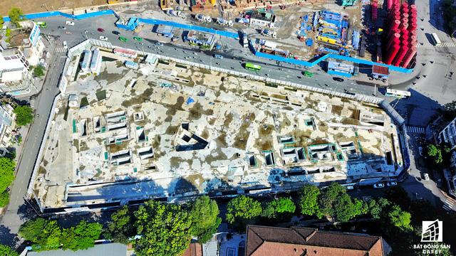 Khu đất vàng của tập đoàn Bitexco đối diện chợ Bến Thành, ngay trung tâm thương mại ngầm thuộc tuyến metro số 1. Tiến độ thi công dự án vẫn còn khá chậm, sau khi hoàn thành phần hầm.