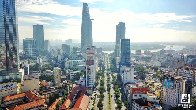 Phố đi bộ Nguyễn Huệ - nơi đang có nhiều khu đất vàng đắt giá thuộc sở hữu của các đại gia địa ốc, nhưng tiến độ triển khai dự án rất chậm