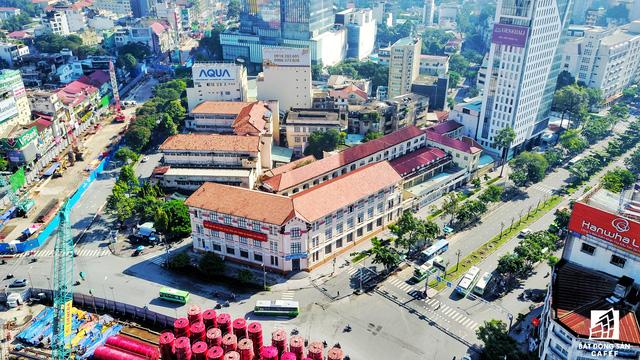 Bên cạnh khu đất vàng Bitexco đang triển khai xây dựng dự án Spirit of Saigon, doanh nghiệp này còn khu đất đắt địa khác là cả Bệnh viện Sài Gòn hiện hữu cạnh bên, nhưng tiến độ di dời giải phóng mặt bằng khá chậm.