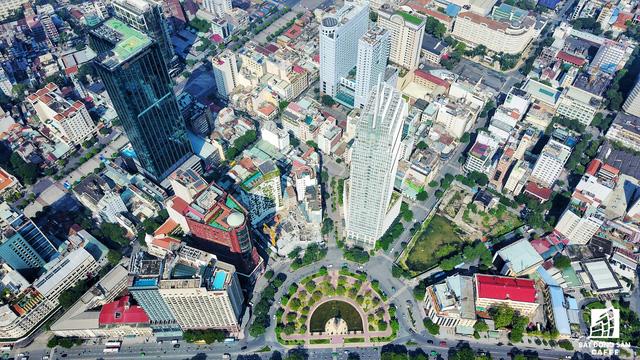 Khu vực vòng xoay công trường Mê Linh (đường Tôn Đức Thắng, quận 1) cũng là nơi tập trung 4 khu đất vàng có diện tích khá lớn, nhưng sau khi được khởi công dự án lại rơi vào tình trạng trùm mền