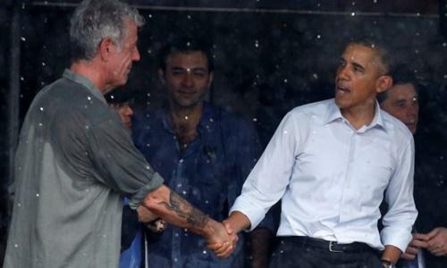 Bourdain (trái) bắt tay chuyện trò cùng Tổng thống Obama ở Hà Nội năm 2016. Ảnh: Reuters.