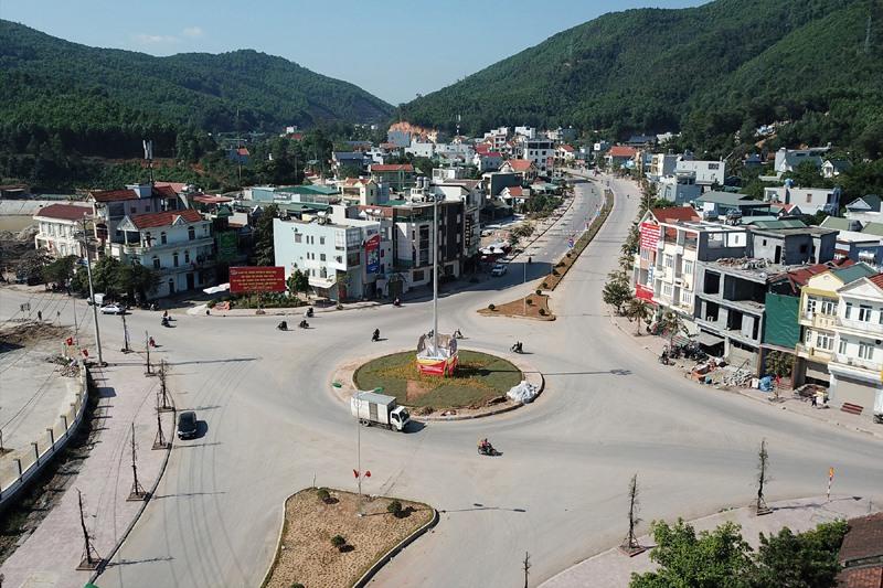 ạ tầng trung tâm huyện Vân Đồn còn sơ sài và thiếu nhiều điều kiện cần thiết để hướng đến một trung tâm đô thị lớn. Ảnh: Đ.P