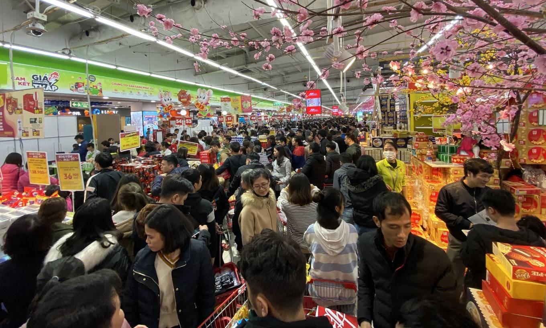 Xếp hàng chờ thanh toán trong siêu thị ngày giáp Tết