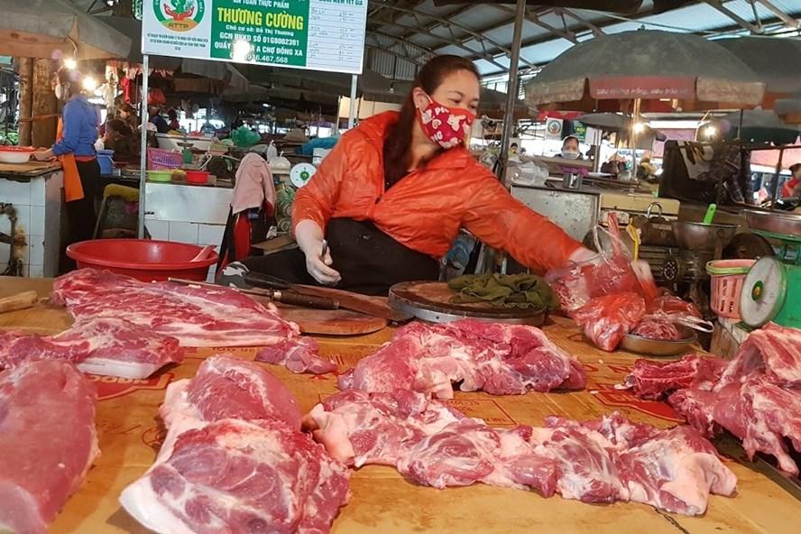 Khâu trung gian khiến giá thịt lợn tới người tiêu dùng vẫn rất cao