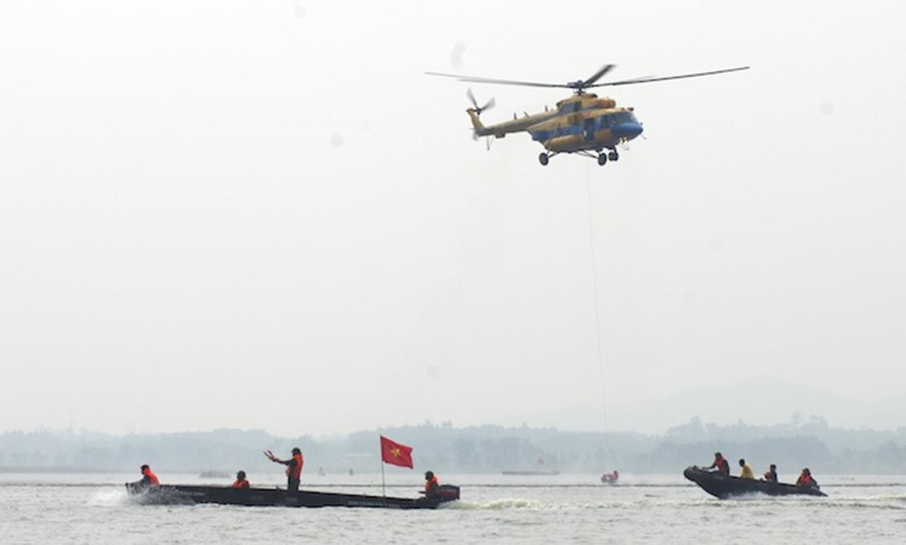 Huy động trực thăng vận chuyển nhu yếu phẩm cho vùng lũ